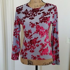 Tops - 🆕Gray top w/red raised flower design, beautiful!